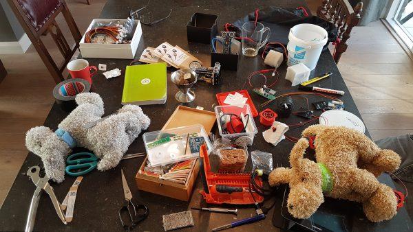 Onze bureaus liggen regelmatig vol met allerlei fur- en firmware (en ja, ook speculaasjes).