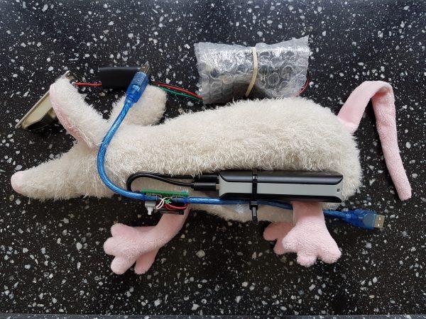 Schurfie de Scheepsrat - de allereerste Tellmie! Gelukkig was ie niet te mager want daar moest nog een Arduino met powerbank in.