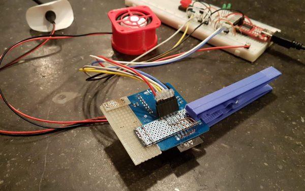 Geloof het of niet, maar deze eenvoudige blauwe wasknijper zorgt voor een perfecte software-overdracht naar onze printjes.