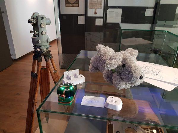 Omdat Doerak nog niet af was, hielp Buddy bij het testen van de signaalsterkte van de beacons in het Belasting & Douane Museum.